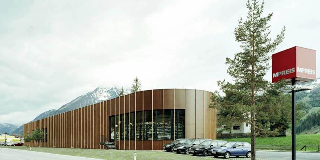 Die M-Preis-Filiale in Achenkirch gibt sich mit hölzerner Fassade naturnah, ...