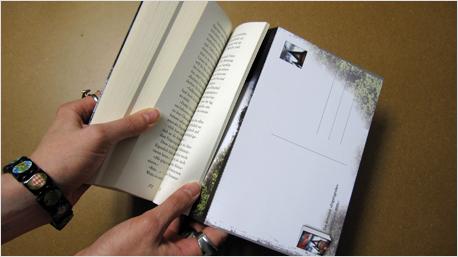 Postkarte im Buch