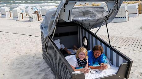 ein strandkorb l dt zum schlafen und reisen ein. Black Bedroom Furniture Sets. Home Design Ideas