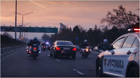 Nach der Landung auf dem Weg zum Premierminister Georgiens von der Polizei eskortiert, ...