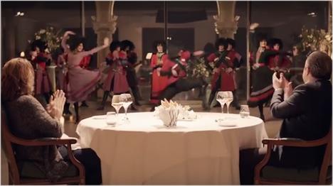 ... wird dem glücklichen Gast beim gemeinsamen Dinner ein buntes, kulturelles Programm geboten.