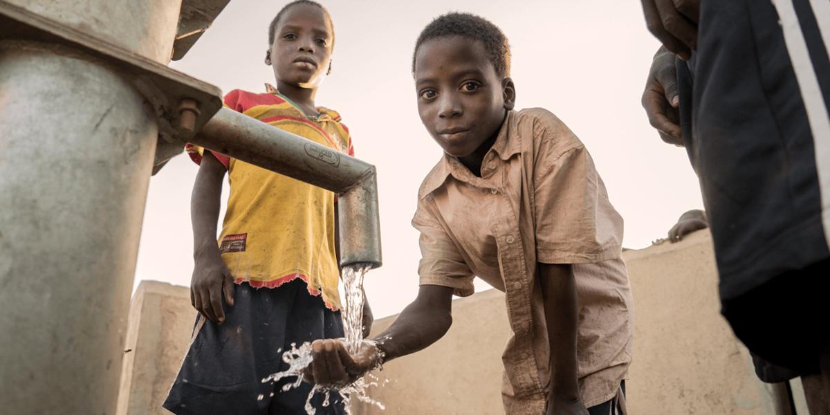 Beim Kauf einer Flasche Wasser wird in einen Brunnen investiert.