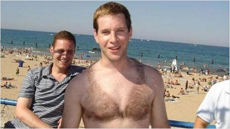 Gag oder neuer Trend? Der haarige Bikini für den Mann.