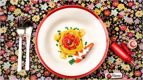 Pasta mit Tomatensoße, Erbsen und einer Möhre als Beilage.