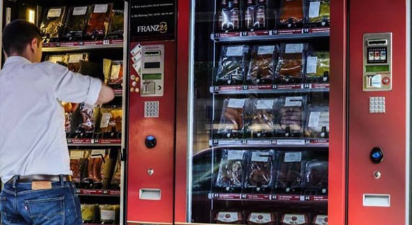Frisches Grillgut und mehr im Automaten der Metzgerei Franz, München. (Quelle: https://www.facebook.com/feinkostmetzgereifranz)