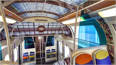 Im Türenbereich können Reisende vermeintlich unter tollen Glasdecken stehen.
