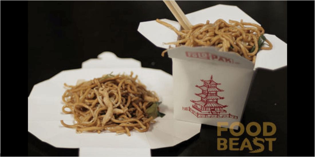 Drahtbügel entfernen und Karton auffalten: So wird aus der Asia-Box im Nu ein Tellerersatz. (Bild: FoodBeast)