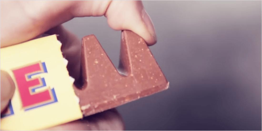 Der einfachste Weg, um ein Stück Toblerone abzubrechen, ist mit dem Daumen. (Bild: youtube)