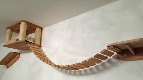 Eine Hängebrücke und zwei Plätzchen zum Verweilen für Kater Findus hat trnd-Partner Scarbie an der Wand angebracht.