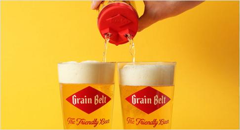 Aus einer Dose Bier werden zwei gefüllte Gläser. Screenshot: youtube.com/watch?v=LDY4X3HwbNU
