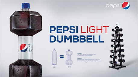 Die Pepsi Light Hantel-Flaschen gab's in brasilianischen Fitnessstudios. (Bild: www.packagingoftheworld.com/2016/03/pepsi-light-dumbbell.html)