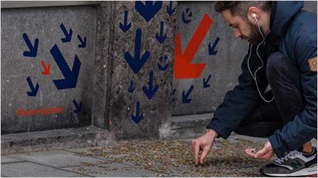 Kleine Geldhaufen auf Münchens Straßen