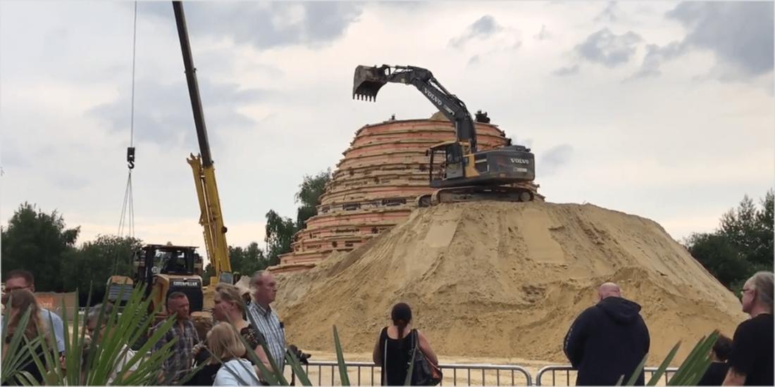 Aus einem Sandberg, der mit Baggern und Kränen errichtet wurde, entstand in drei Wochen ... (Quelle: http://www.diesandburg.de/)