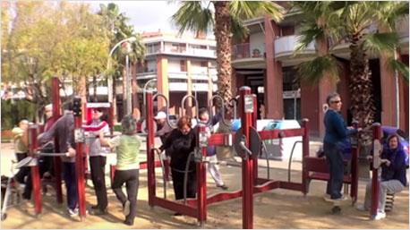 Der Spielplatz dient oft auch als Treffpunkt. Bildschirmfoto: www.youtube.com/watch?v=4tziIhuTB1M ( PRI Public Radio International)