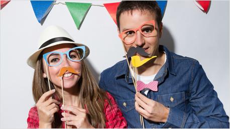 Auch lustige Foto-Accessoires, wie Brille, Schnauzer und Pfeife lassen sich super basteln.