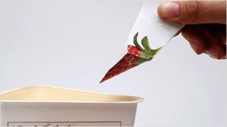 Verpackungen mit praktischem Mehrwert: Der gefaltete Joghurtdeckel als Löffel für unterwegs oder ...