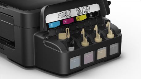 Im Ganzen zeigt das Bild einen Epson EcoTank Drucker mit wieder auffülbarem Tintentank.