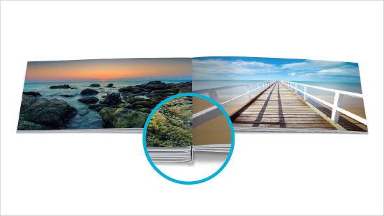 """""""Das echte Fotobuch<sup>®</sup>"""" von FotoPremio wird mit der sogenannten LayFlat-Bindung gefertigt. Mit ihr liegen die Seiten plan auf, sodass die Buchfalz bei doppelseitigen Bildern kaum auffällt."""