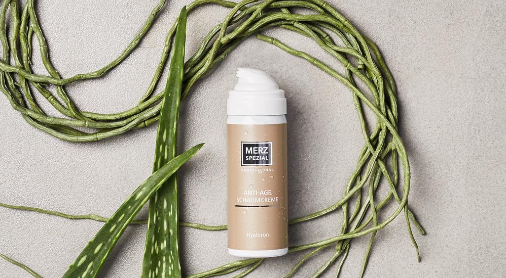 Die Schaumcreme mit Hyaluron von Merz Spezial Professional spendet sofort Feuchtigkeit und macht die Haut glatter und geschmeidiger.