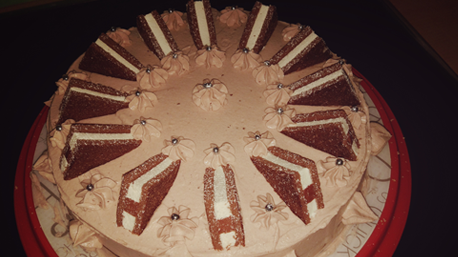 ... und kreiert damit eine Torte.