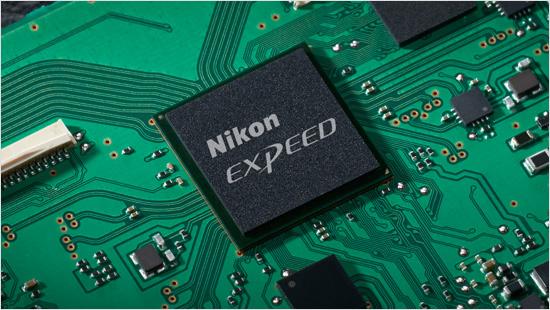 Die Bildverarbeitungs-Engine EXPEED 5 verarbeitet die hohen Datenmengen des Bildsensors sehr schnell und ermöglicht eine hohe Schreibgeschwindigkeit.