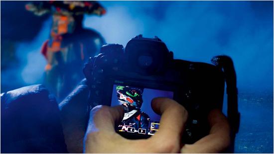 Der reaktionsschnelle, 8 cm LCD-Monitor mit 2.359 Millionen Pixeln ist nach oben und unten neigbar und bietet dank Touch-Funktion hohen Bedienkomfort.