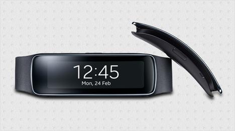 … die neue Samsung Gear Fit: Sie besitzt ein gewölbtes Super AMOLED Display, welches angenehm am Handgelenk anliegt. Sie ist damit der ideale Begleiter …