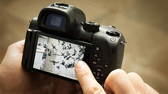 … bietet dabei mit Hybrid-Autofokus-System II eine schnelle, präzise Fokussierung. Ein neigbarer Sucher, …