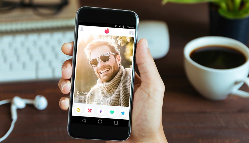 In der App oder auf tinder.com legt jeder Nutzer kostenlos ein Profil an und entscheidet, welche der anderen Personen er sympathisch findet.