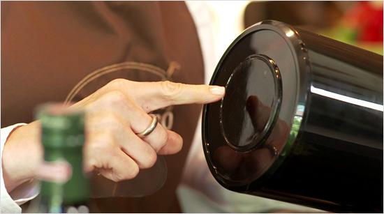 … Haft-Pad an der Unterseite des Papierspenders kann Easypull auf den meisten glatten Oberflächen im Haushalt angebracht werden und steht damit fest und sicher. Im …