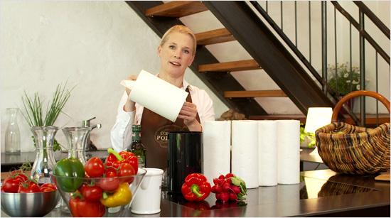 … Papierspender befindet sich eine hochwertige Kompakt-Küchenrolle, die 4x länger ist als eine Zewa Wisch&Weg Standard-Rolle – und damit super ergiebig. Diese …