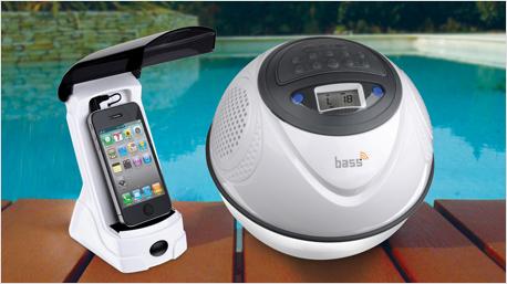 Ein Transmitter überträgt die Musik kabellos an den Lautsprecher.