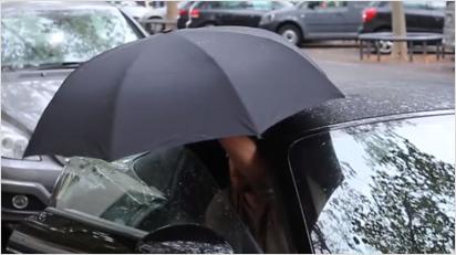 ... klappen sich praktisch zur Schirmform um. Und tadda, der Schirm ist einsatzfähig.