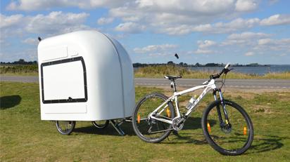 Für die Fahrt ist der Wohnwagen ineinander gefaltet. So kann er als Anhänger ans Fahrrad gekoppelt werden.