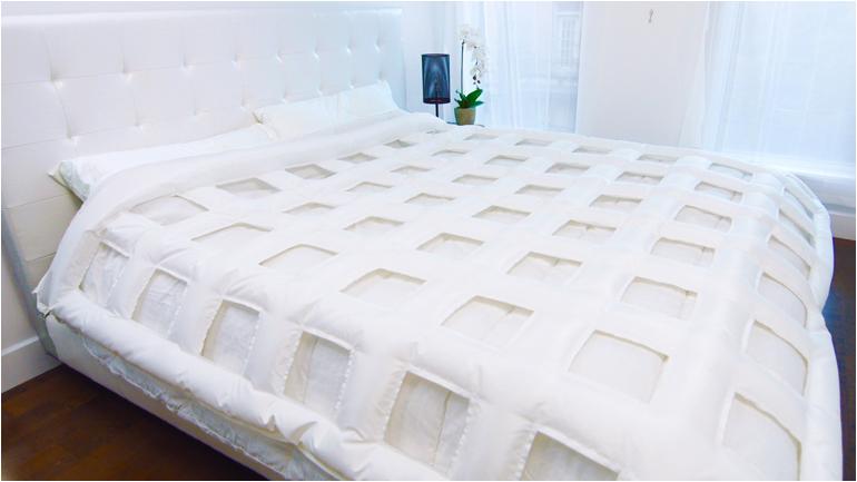 Die Auflage mit Luftkammern wird auf die normale Bettdecke aufgelegt und ...