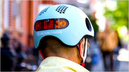Zusätzlich zu den Blinkern besitzt der Classon Fahrradhelm ein automatisches Bremslicht auf der Rückseite.