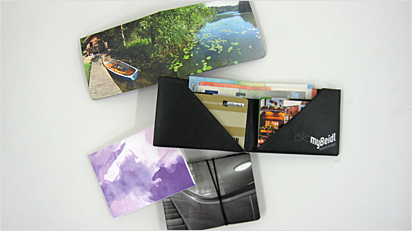 Ein mybeidl ist kompakt (ca. 10 x 7 x 1 cm), wiegt weniger als 12 g und bietet gleichzeitig Platz für mehrere Karten und Geldscheine.