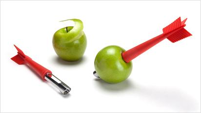 Ein Apfelschäler und –ausstecher in Dartpfeil-Optik.