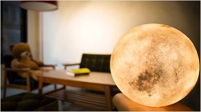 Die Mondleuchten eignen sich mit ihrem warmen Licht für drinnen und ...(Bilder: facebook.com/lunamakesyouhappy/)