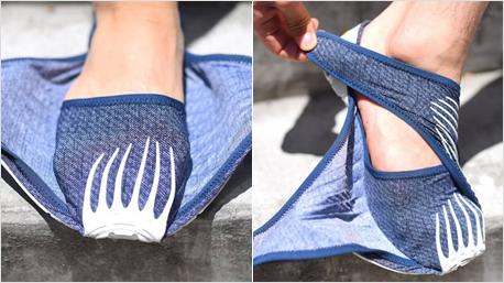 Den Fuß in der Schuhspitze platzieren, dann die flexiblen Enden um den Fuß wickeln und ...
