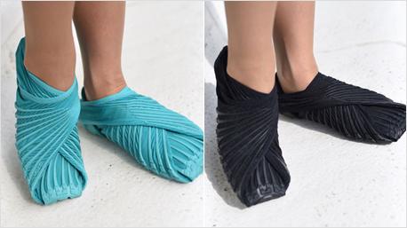 Schuhe in den Farben Aqua (links) und Schwarz (rechts) sowie ...