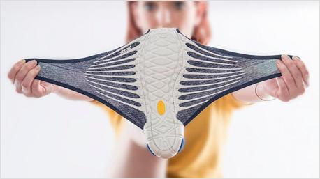Quelle aller Bilder: jpninfo.com | Flexibel und dehnbar - so wird der Schuh angezogen: