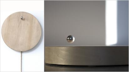 Eine schwebende Metallkugel zeigt die Zeit, Monate oder Jahre an.
