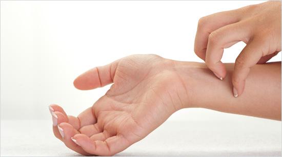 Pero, ¿por qué se produce el picor? La piel seca es la principal causa, ya que carece de hidratación, nos pica y nos rascamos…