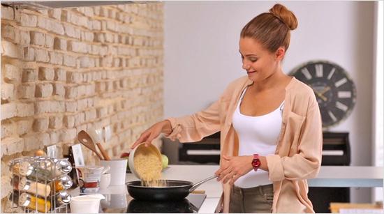 Para el fondo de caldo, se seleccionan ingredientes frescos y naturales, y se cuecen a fuego muy lento. Un proceso similar al del hogar que nos permite disfrutar de un plato completo en sólo 5 minutos.