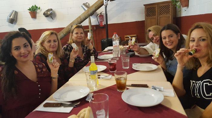 La trndiana mellis2 comparte Gallexier en una comida familiar.