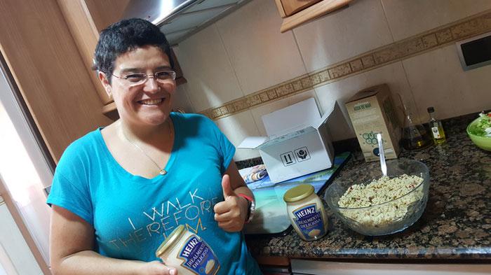 La trndiana Olguins preparando una receta con Heinz Realmente Deliciosa.