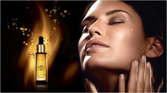 El Aceite Extraordinario Age Perfect es ultra-ligero, con una textura fina y seca que penetra en la piel con una rápida absorción, dejando un aroma delicado y femenino.