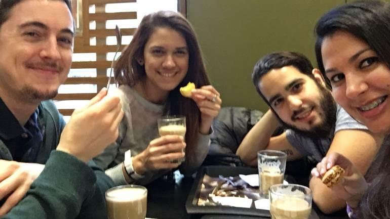 La trndiana Nohelia4 y sus amigos en McCafé.