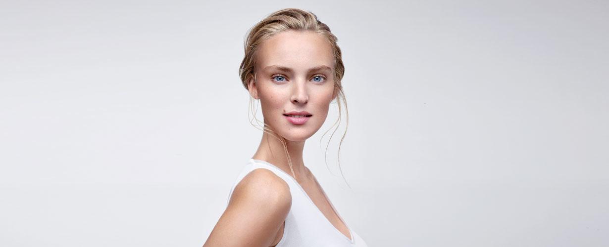 … que elimina el maquillaje y la suciedad mientras tonifica, nutre y matifica la piel…